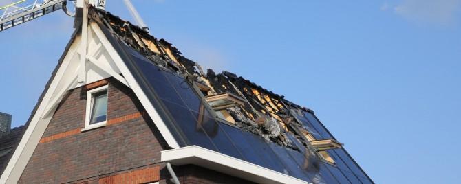 brand door indak zonnepanelen
